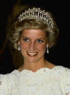 En su testamento la reina Mary dejó la joya a su nieta Isabel, quien después se la dio a Diana, Princesa de Gales, como regalo de bodas. Diana la usó a menudo durante su matrimonio; sin embargo, luego de su divorcio del Príncipe de Gales, la pieza fue devuelta a Su Majestad.