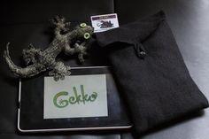 http://acalilecora.blogspot.com.es/2014/02/gekko.html  Gekko surgió de un juego de palabras, de la voluntad de ponerle nombre a todo, de las ganas de crear, de los recuerdos de un tiempo pasado en el que jugábamos a disfrazarnos, del afán por coleccionar y guardar por si hace falta...