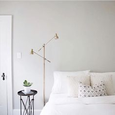 Master bedroom design tips, A fun strategy to liven up rooms on a budget would be to decorate or paint flower pots to be used in decoration. You can also get the children decorate their very own pots they can rely on them with regards to their room. Clean Living, Home And Living, Simple Bedroom Design, Master Bedroom Design, Scandinavian Style, Minimal Bedroom, Comfy Bedroom, Nordic Home, Bedroom Layouts