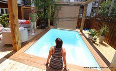 Patio en bois autour d'une piscine creusée Fibro à Montréal