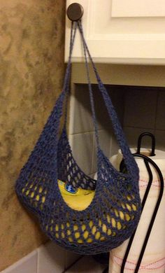 Free Knitting Pattern for Banana Hammock - Protect your fruit and keep it fresh in this mesh storage. Designed by by Hilary L. Pictured project by LidiDi Knitting Designs, Knitting Patterns Free, Knit Patterns, Free Knitting, Knitting Projects, Crochet Home, Crochet Crafts, Crochet Yarn, Diy Crafts