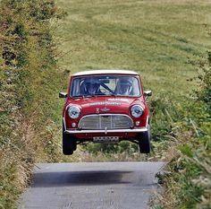 Hi fly'n Mini Red Mini Cooper, Mini Cooper Classic, Classic Mini, Classic Cars, Retro Cars, Vintage Cars, Wheel In The Sky, Mini Morris, Super Pictures
