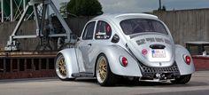 Was für ein Käfer! Dieses Auto toppt einfach alles. Mit absoluter Renntechnik und trotzdem auf einem Qualitäts- und Optik-Niveau, dass er problemlos bei jedem Show&Shine-Wettbewerb auf den ersten Plätzen landen würde, ist dieser Käfer einfach bombig!{Object[panorama]}