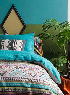 Un design signé Kas Australia chez Simons Maison.  Ajoutez un éclat vif dans la chambre avec ce motif d'inspiration aztèque mariant des tons épicés rustiques à des tons de sarcelle et de rose sur un pur coton texturé. Finition passepoilée couleur corail avec revers à motif ton sur ton coordonné.  Cache-oreiller euro vendu séparément.      L'ensemble comprend :   Jumeau : 1 housse 66x90 pouces, 1 cache-oreiller 20x26 pouces  Double : 1 housse 84x90 pouces, 2 cache-oreillers 20x26 pouces…