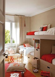 El Mueble. 3 camas tren en tonos beige, rojos y blancos.