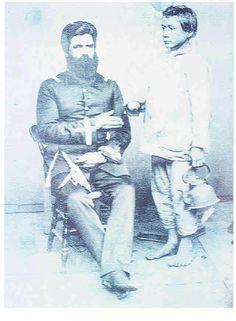 Prisioneiro paraguaio em janeiro de 1868. Antes da queda de Humaitá, crianças combatiam no exército paraguaio. Este foi incorporado para prestar serviços ao oficial da foto. S/a. - Guerra do Paraguai