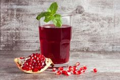Remedies for kidney stones include use of apple cider vinegar, pomegranate juice, additional hydration, & a low-salt diet. These remedies help prevent kidney stones. Kombucha, Natural Health Remedies, Home Remedies, Smoothies, Chef Shows, Tart Taste, Pomegranate Juice, Pomegranate Benefits, Healthy Juices