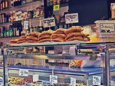 Barcellona: Il Mercato della Boqueria  Street food, negli ultimi anni se ne sente parlare sempre di più. Il cibo da strada sta ormai spopolando, diventando una vera e propria mania. Impazza sui social con foto che ci fanno venire il languorino a ogni ora e sono sempre di più gli eventi dedicati a questo particolare cibo. Una vera e propria cultura gastronomica, così tanto che anche i ristoranti si stanno adattando aggiungendo varianti al menù, ad esempio negli antipasti o dedicandogli uno…