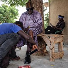 Beautiful Boubou Friday | Bare-knees boubou. Mr. Adama gets his shoes shined in Dakar - Sénegal