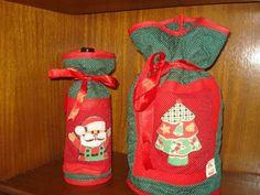 Lindo kit de Natal com porta-panetone e porta-garrafa de vinho. Confeccionados em tecidos 100% algodao, enchimento em manta acríllica. Quiltado e com aplicaçao em patchcolagem e caseado em dourado. Dê um toque especial à sua mesa de natal com este conjunto. Sua famíllia e amigos adorarão. Podem ser adquiridos separadamente: Ref, 069.1 - Porta-panetone - R$ 40,00 Ref. 068.1 - Porta-vinho - R$ 40,00 Preço especial no kit.. R$ 70,00
