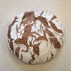 Ez az egyik kedvenc kenyerem, a formája számomra mindig az általam igen kedvelt német pékségeket idézi.Amúgy pedig az elkészítése is a legegyszerűbbek közé tartozik. Hozzávalók egy kb. 780g-os cipóhoz  Rozskovász 100%hidratálású 150g Víz 310g (amennyiben frissen őrölt lisztből dolgozunk, a víz…