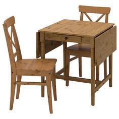Massivholz ist ein strapazierfähiges Naturmaterial. Die klar lackierte Oberfläche ist leicht sauber zu halten. Die Tischgröße lässt sich schnell und einfach dem Bedarf anpassen. Mit der Zusatzplatte unter der Tischplatte lässt sich der Tisch für 4 bis 6 Personen erweitern. Der Tisch lässt sich auch von einer Person leicht ausziehen. Die Zusatzplatte kann in Reichweite unter der Tischplatte aufbewahrt werden. Ein verdeckter Verriegelungsmechanismus hält die Zusatzplatte ohne sichtbare Fugen… Ikea Ingatorp, Dining Chairs, Furniture, Home Decor, Products, Dinner Room, Set Of Drawers, Timber Wood, Simple