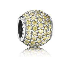 Pandora bedel 'Gouden bal' 791051FCZ. Luxe gouden bal bedel met pavé -zetting. Deze sublieme en abstracte charm is ingelegd met mooie goudkleurige zirkonia die met de hand in zilver zijn gezet. Een leuke manier om goud toe te voegen aan je sieradenverzameling en een prachtig voorbeeld van Pandora's verfijnde vakmanschap. https://www.timefortrends.nl/sieraden/pandora.html