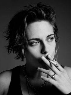 Kristen Stewart Short Hair, Kirsten Stewart, Modern Feminism, Peinados Pin Up, Tough Girl, Girl Smoking, Women Smoking, Girls Image, Pretty People