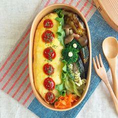 2016.04.06のお弁当 . #オムライス弁当 欲張りケチャップ、楽しく繋がりそうです(笑) 抗菌シートで蓋を開ければ、毎度のケチャップホラー 今日も、げんなり。チーン… . 鮭とジャガイモのガレット焼き 筍としめじのペペロン カボチャのクレソルソテー セロリの柚子胡椒和え 全て、昨日の残り物。 羅列してみると、いかに毎日残り物か分かります。笑 . 今日もありがたい事に賑わいました。 喉も手も働いて乾きまくりです。 サンプル整理も多分終わったし、クタクタ、よく働いた! 頭が働かないこんな日は、相方好物の青椒肉絲。 牛肉200g、ヒゲに全部くれてやります。でーぶ! . #lunch #bento #obento #お昼ごはん#弁当 #お弁当 #おべんとう#曲げわっぱ弁当#曲げわっぱ#わっぱ同盟 #曲げわっぱ倶楽部#自分弁当#弁当女子 #女子弁当 #ロカリクッキング#クッキングラム#KURASHIRU#igersjp#作り置き#常備菜 #らくらくお弁当#KAUMO#キナリノ#朝時間#日々#暮らし#オムライス