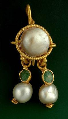 Piedras preciosas y perlas fueron particularmente apreciadas por los antiguos romanos, estos fueron encontrados en las ruinas de Pompeya, joyas  generosamente adornadas con esmeraldas y perlas.