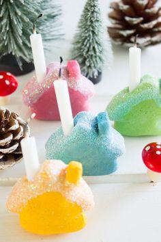 pfefferminzgruen: Mini Häuser als Kerzenhalter aus Salzteig, mit Lebensmittelfarbe gefärbt