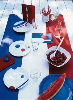 Table peinte en tricolore avec assiettes, verres et menus décorés en bleu, blanc, rouge