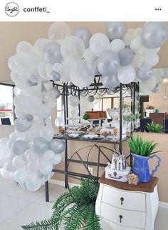 Festa adulto com arco de balões desconstruído. Por Conffeti.