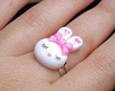 Coniglietto resina anello regolabile rosa bianco di OkkinoShop su DaWanda.com