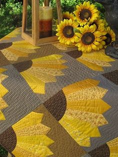 Dresden Sonnenblumen Muster & Vorlage, You are in the right place about patchwork quilting for beginners Here we offer you the most beautiful pictures abou Patchwork Quilting, Crazy Quilting, Scrappy Quilts, Amish Quilts, Dresden Quilt, Sunflower Quilts, Sunflower Pattern, Sunflower Template, Quilt Block Patterns