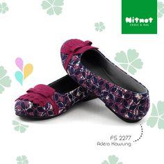 Flatshoes cantik dengan bahan batik cap halus. Sol karet anti selip.