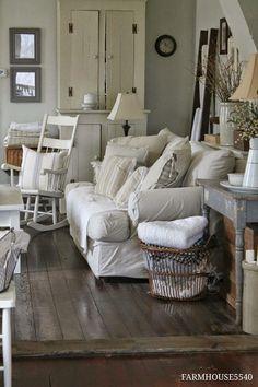 Veel tierelantijnen, een wit interieur met een donkere houten vloer. Mooie kast!         Hoe je van een klein huisje een fantastische plek ...