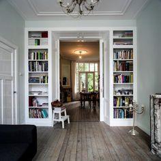 boekenkasten aan beide kanten met daartussen schuifdeuren