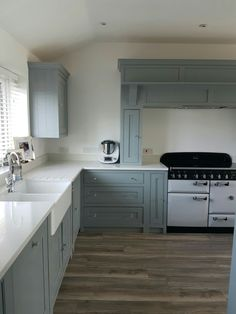 Stylish Soft Grey Cabinet Design Ideas For Your Kitchen 23 Inframe Kitchen, Green Kitchen Cabinets, Kitchen Room Design, Shaker Kitchen, Kitchen Worktop, Grey Cabinets, Kitchen Paint, Kitchen Interior, Kitchen Furniture