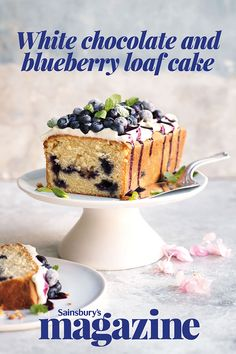 White chocolate and blueberry loaf cake with cheesecake frosting This white chocolate loaf cake with blueberry cheesecake frosting recipe was voted best loaf cake by you. A beautiful bake for the weekend or a summer party – sure to delight! Cheesecake Frosting, Frosting Recipes, Cake Recipes, Dessert Recipes, Chocolate Loaf Cake, White Chocolate Cake, Chocolate Frosting, Chocolate Cupcakes, Chocolate Chips