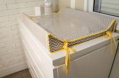 Quarto de bebê. Trocador amarelo e cinza estampa chevron. - Baby bedroom decor. Yellow and grey.