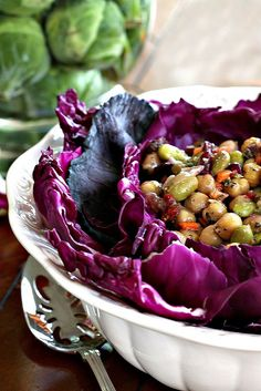 Serving chickpea salad or other pea salad looks elegant when served in a purple cabbage nest - Rattlebridge Farm: Decorating With Vegetables (no recipe here, just the serving idea) Salad Bar, Soup And Salad, Cute Food, Good Food, Salad Recipes, Healthy Recipes, Main Dish Salads, Chickpea Salad, Food Decoration