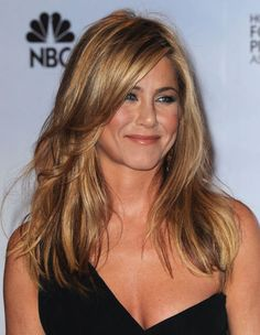 Normally a down-the-center-part kind of girl, Jen played up a side part and loose waves for a glamorous night out.