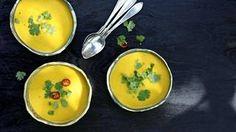 Kauniin värinen keitto on tehty makeista sesongin porkkanoista.