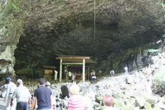 <11>大きな洞穴。おびただしい数の石塔・・・人の念が集まってる感じで、ちょっと縮みました。