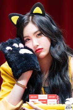 Kpop Girl Groups, Kpop Girls, The Most Beautiful Girl, Beautiful Women, My Girl, Cool Girl, Somebody To You, Yuehua Entertainment, Korean Bands