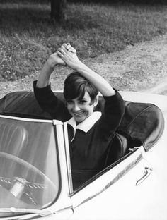 Audrey Hepburn with her friend and makeup artist, Alberto Rossi, driving a Jaguar E-Type on the set of How to Steal a Million in Paris, France, For Style Audrey Hepburn, Audrey Hepburn Makeup, British Actresses, Hollywood Actresses, Old Hollywood, Classic Actresses, William Wyler, Jaguar E Type, Photo Instagram