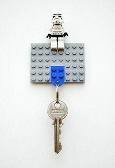 un colgador de llaves con piezas Lego
