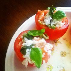 Pomodori freschi scavati ripieni di riso bianco saltato con olive, formaggio magro, basilico e la loro polpa