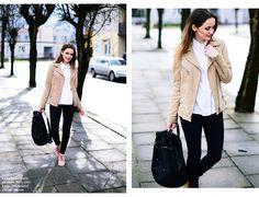 biała koszula tylko rozpieta+czarne spodnie+beżowa ramoneska