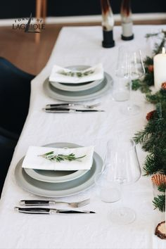 A beautiful Christmas table doesnt always have to be glamourous. Scandinavian inspired Christmas tables use natural elements like fir branches, pinecones and candles to create a minimalist but still elegant look. High quality cutlery like Forge de Laguiole® completes every well decorated table. #forgedelaguiole #laguiole #laguioleknife #tablesetting #tablesettingideas #inspiration #christmas #christmasdinner #christmastable #scandinavian #cutlery #tabledecor #holiday #christmasdecor #decor