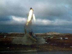 Personal de la Armada en plena destrucción de los Aermacchi MB-339 antes de la inevitable caída de Puerto Argentino....1982