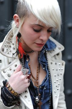 Having an own style, to display your personality simply harmonic punk white fashion streetstyle Chicas Punk Rock, Estilo Punk Rock, Punk Rock Fashion, Trendy Fashion, Street Fashion, White Fashion, Women's Fashion, Rockabilly, Moda Punk