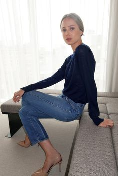 Elin Kling in a cashmere sweater, cropped denim & nude slingback heels #style #fashion #classic Indigo knit outfit coordinate style denim blue sweater tops デニムニット インディゴニットトップス コーデ 着こなし