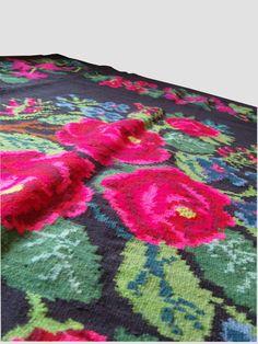"VINTAGE KILIM RUG with a floral pattern // Garden party. Size  16'41"" x 5'91"", 100% wool, handwoven. Tapis kilim en laine, fait main, surface 5.00m x 1.80m https://www.etsy.com/shop/Rugstory"