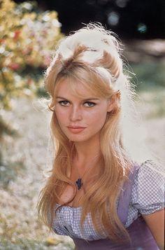 Brigitte, blonde et coquine ?
