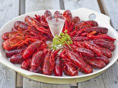 Augusti betyder kräftsäsong och vad passar då bättre än en hemmagjord snaps till de röda havsdjuren? Så här lätt kryddar du din egen! Cocktail Desserts, Cocktails, Chutney, Hummus, Pesto, Shrimp, Food And Drink, Sweets, Baking
