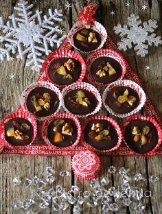 Mendiants au chocolat noir ✯ ✰ ☆ Recette pour Noël ✯ ✰ ☆ INGREDIENTS: 150 g de chocolat noir 74 % de haute qualité noix quelques amandes quelques baies de goja quelques raisins sec 1 orange confite couper en fines tranches 1/2 tranche de melon confit...
