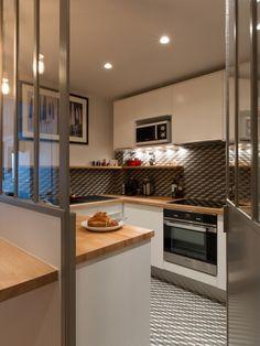 La cuisine étant très exposée aux regards, Hélène Paoli y a particulièrement soigné la décoration. Le sol de la pièce et la crédence sont habillés de grès cérame façon carreaux de ... #maisonAPart