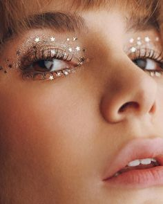 4 atemberaubende, aber dezente Make-up-Ideen für Silvester Make-up for New Year& Eve is almost as important as the outfit itself! We have four looks for you from Natural Beauty to Party Girl! # ideas makeup augen hochzeit ideas tips makeup Glitter Makeup Looks, Silver Eye Makeup, Glitter Make Up, Purple Eye Makeup, Makeup For Green Eyes, Smokey Eye Makeup, Glitter Liner, Pretty Makeup, Applying Eye Makeup